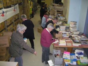 Une  des multiples séances de tri en vue de la fête du livre les 14 et 15 mars 2015 à la salle SPS de Noisiel.